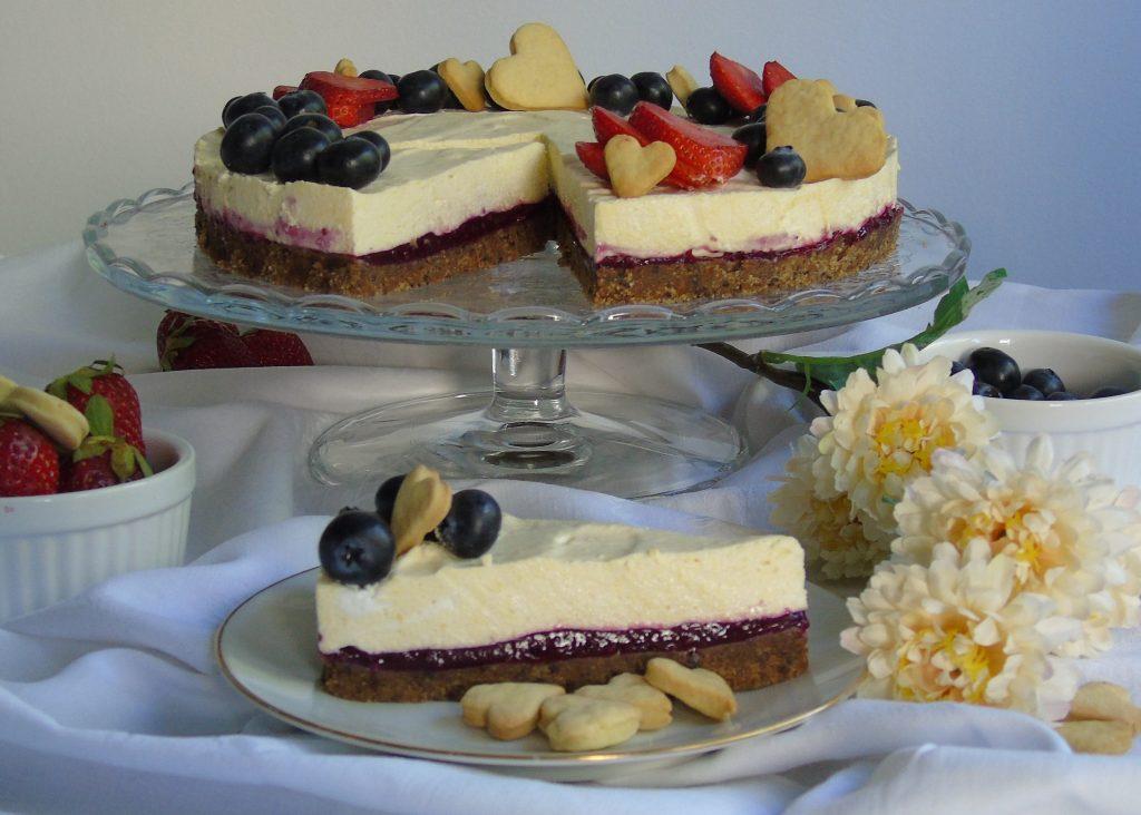 Torta fredda con crema bavarese alla vaniglia e frutti di bosco