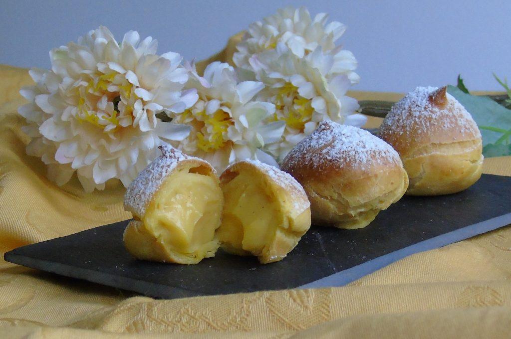 Bignè con crema pasticcera alla vaniglia